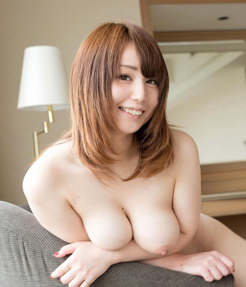 柔らかそうな美乳をお持ちの美白美女!