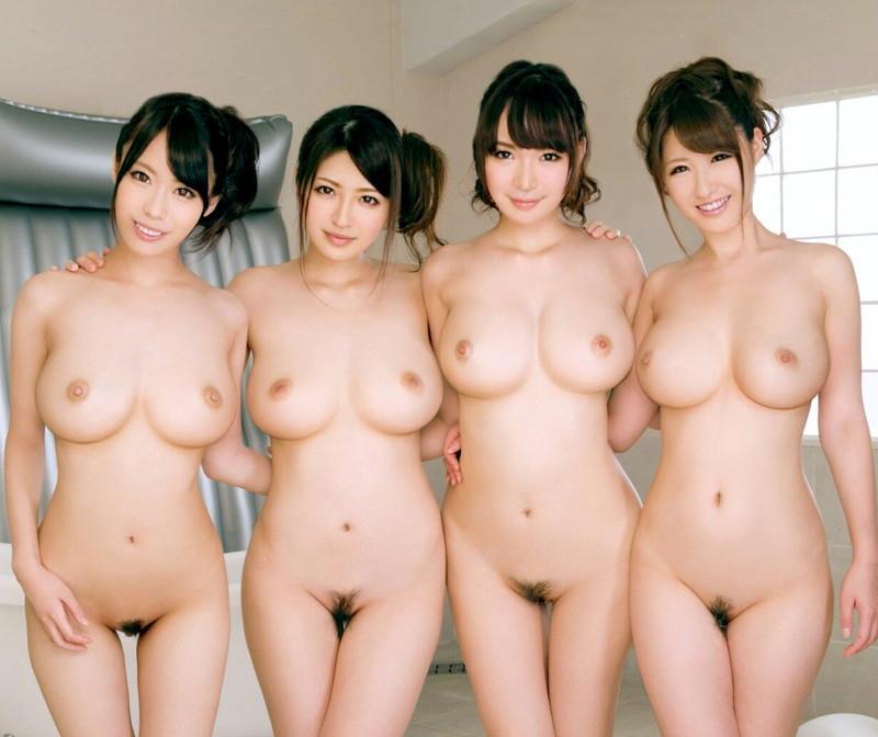 4人の巨乳美女が全裸で集合!