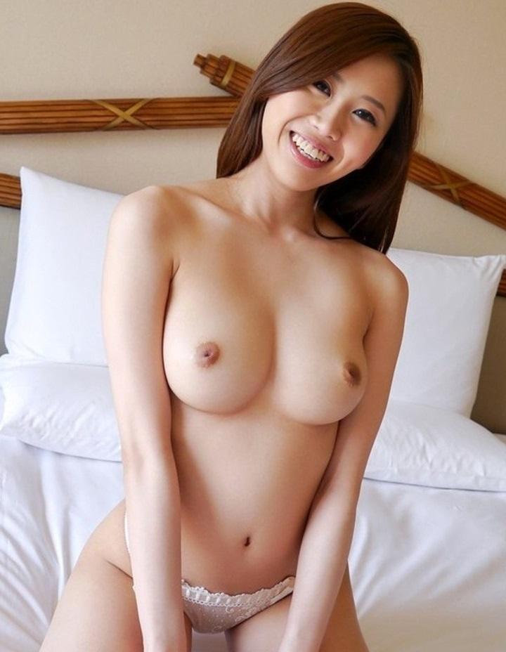 美女の笑顔でトップレス姿!
