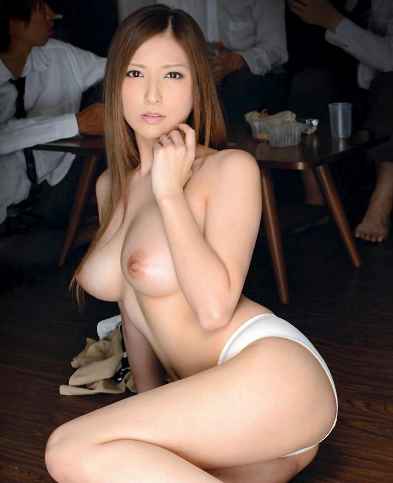 椎名ゆなさんのトップレス姿!