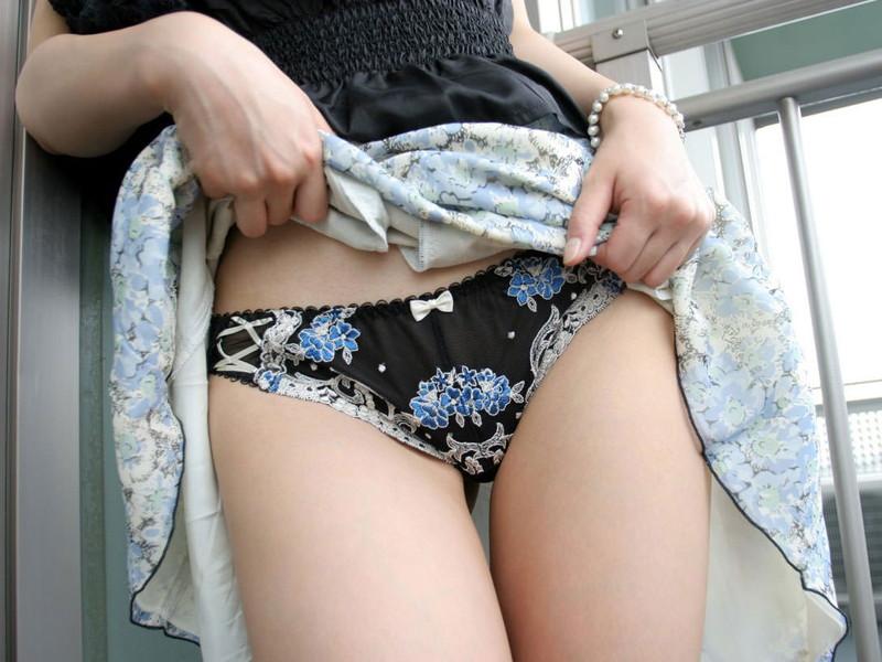 スカートを捲り上げてパン見せ!
