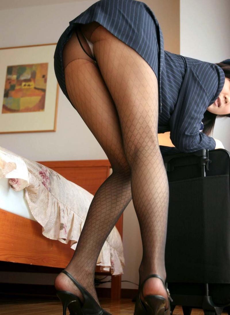 前屈みでミニタイトスカートから…