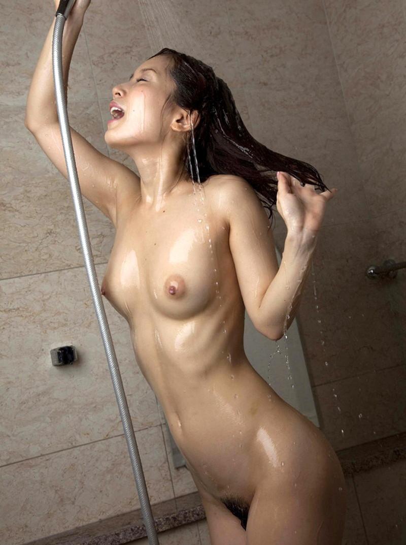 シャワーを浴びてるスレンダーなお姉さん!