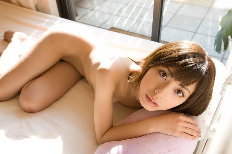 美女が全裸で見つめて…