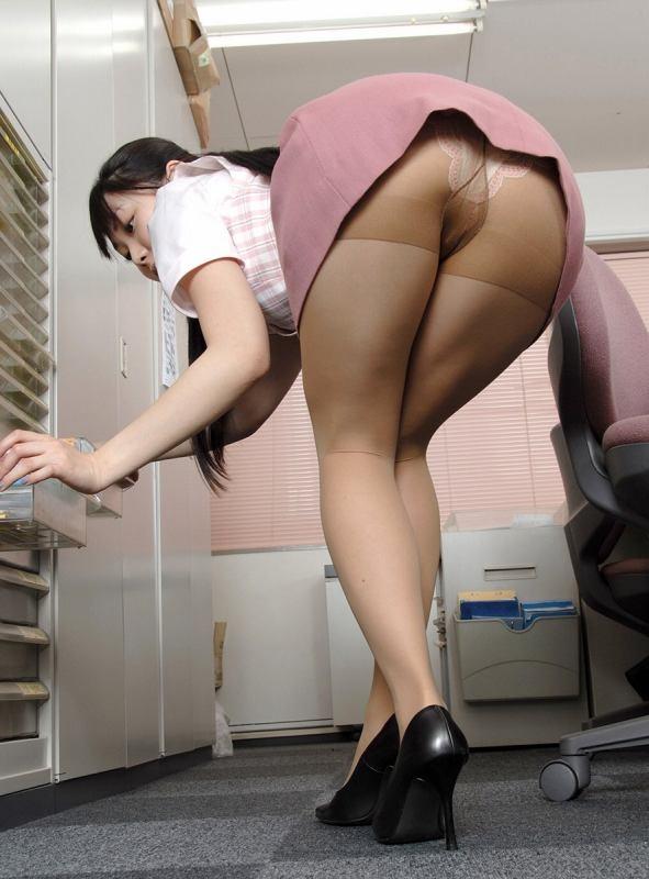 ずり上がるミニタイトスカートからパンツ丸見え!