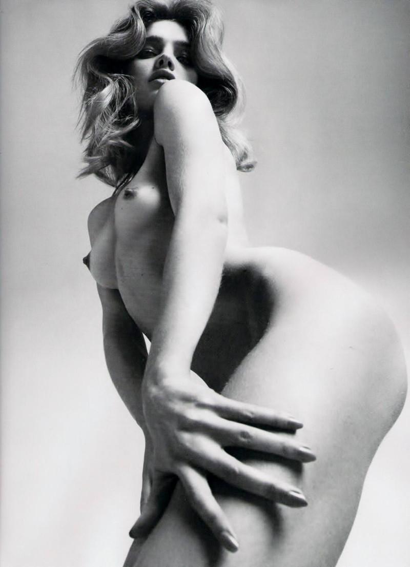 ローアングルで見る金髪美女のフルヌード!