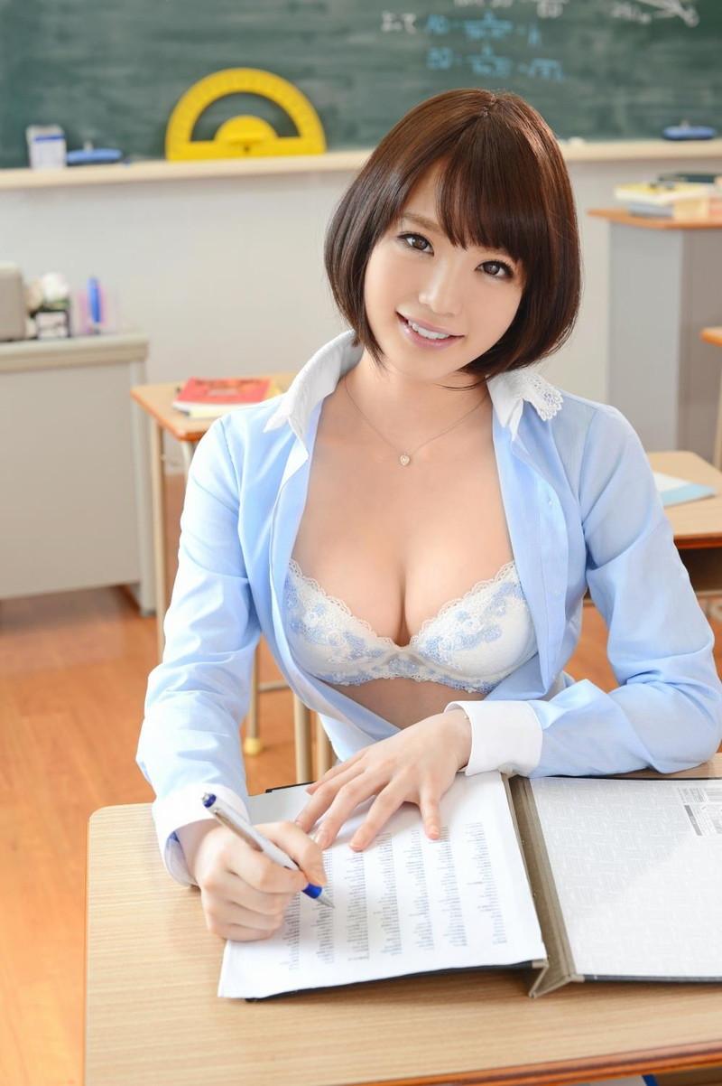 美人な女教師の谷間が気になります!