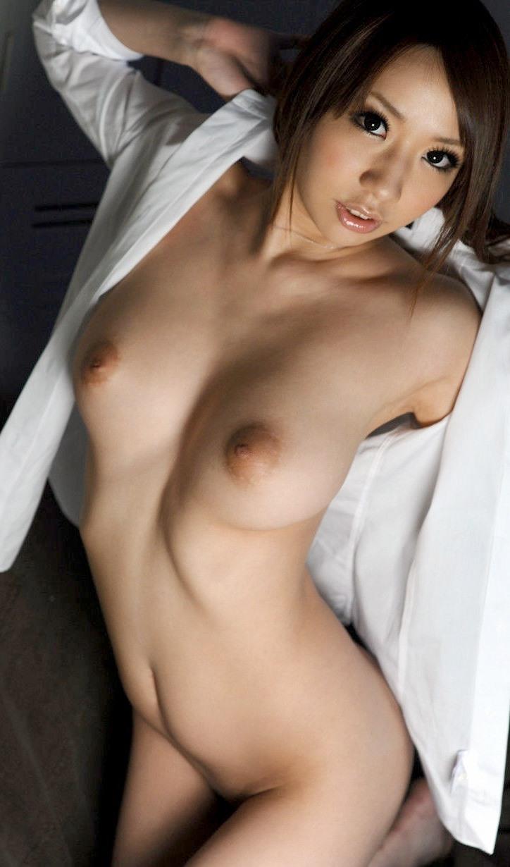 スレンダー美女の美乳にドキドキ!