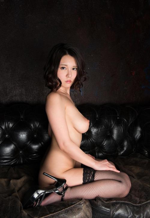 巨乳がエロい美女のぺったんこ座り!