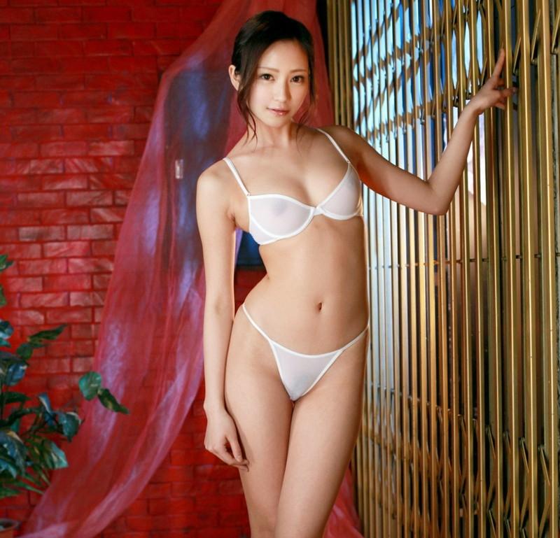 透ける白の下着がエロい美女!