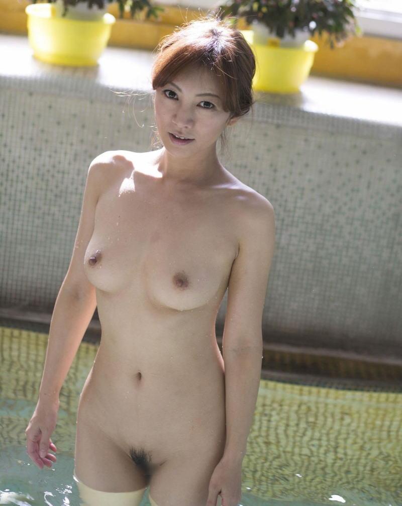 入浴中の熟女が全裸!