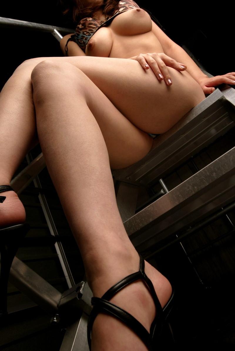 ローアングルで見る美脚が足組み!