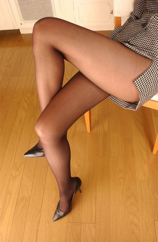 パンスト履いてる美脚にメロメロ!