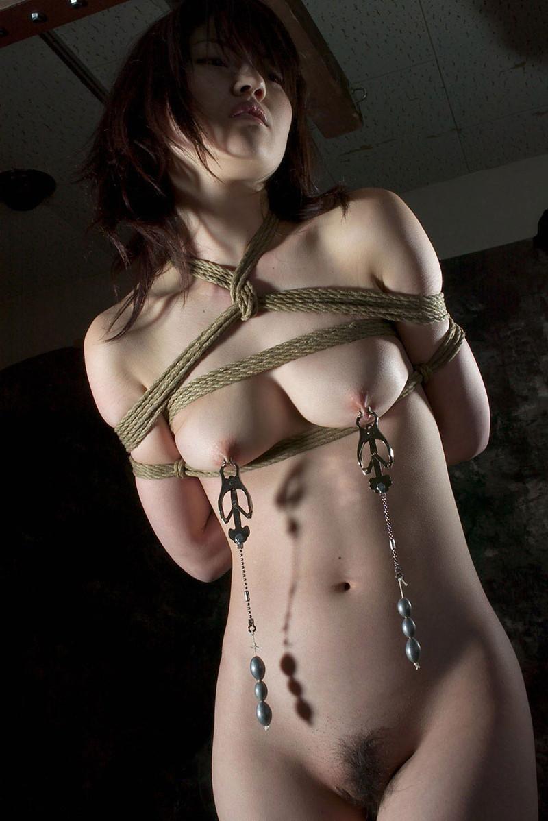 乳首を玩具で摘まれ…