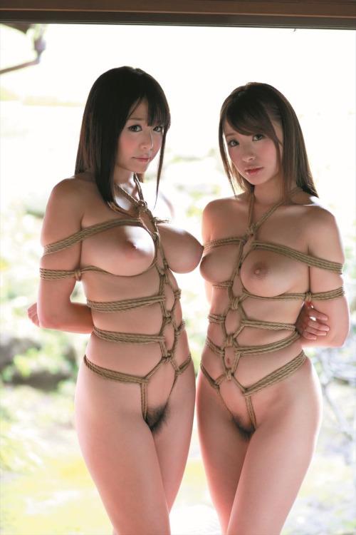 緊縛された美女2人!