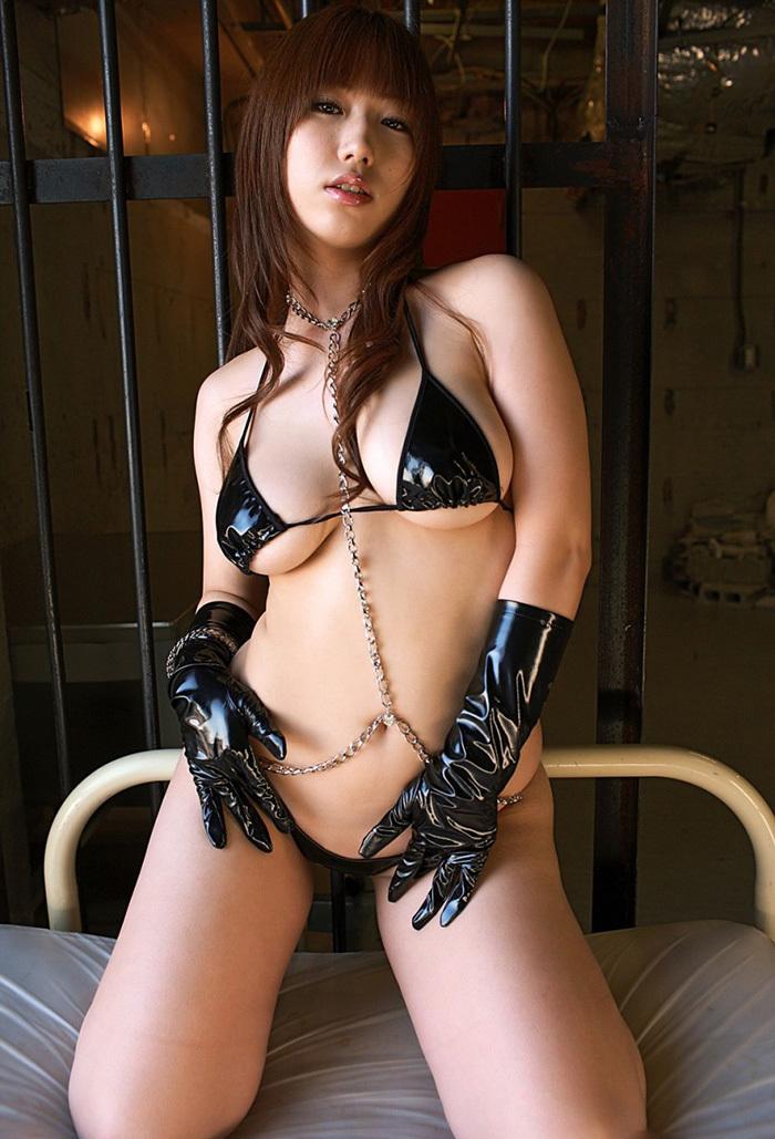 ビキニ風なボンテージがセクシーな巨乳美女!