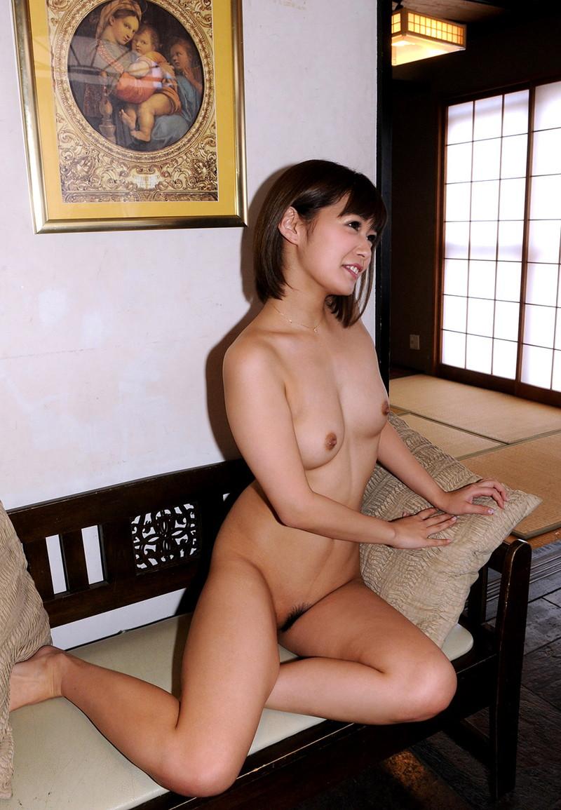 ソファーに全裸で座る美女!