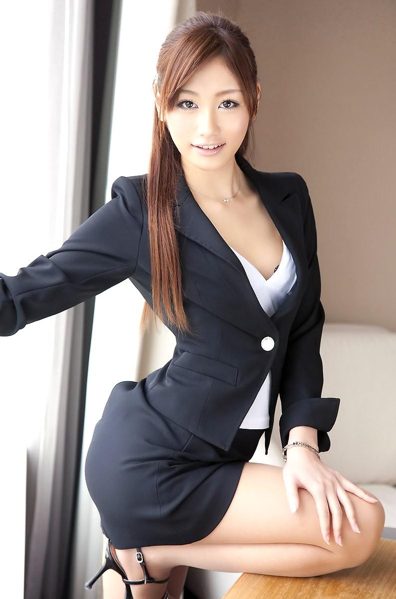 スタイル抜群な美人OLのスーツ姿!