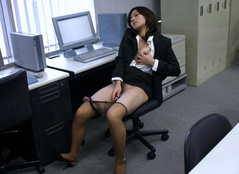 オフィスでこっそりオナニー中!