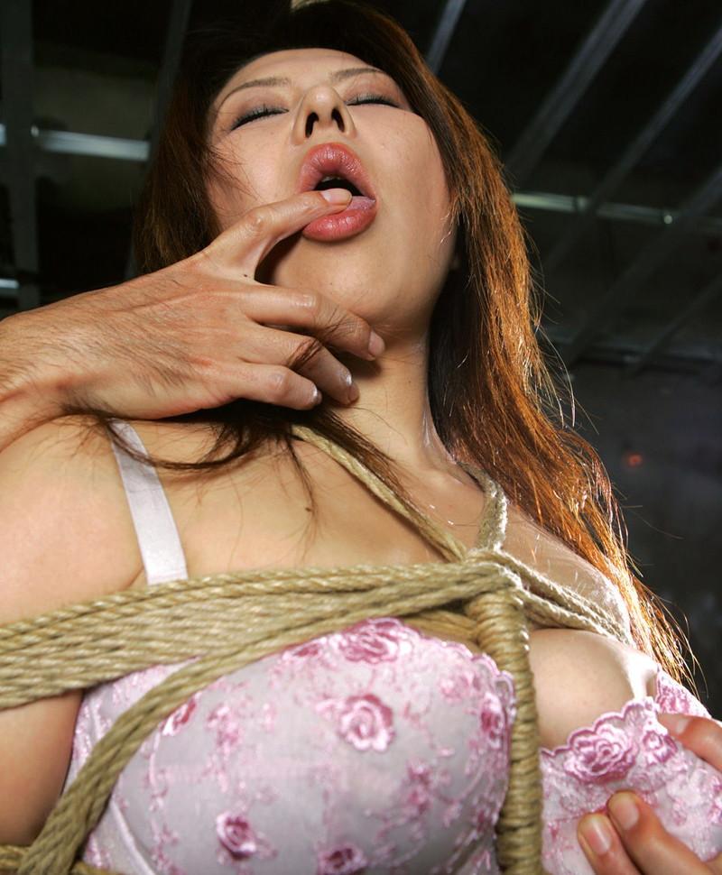 指舐め中の緊縛美熟女!