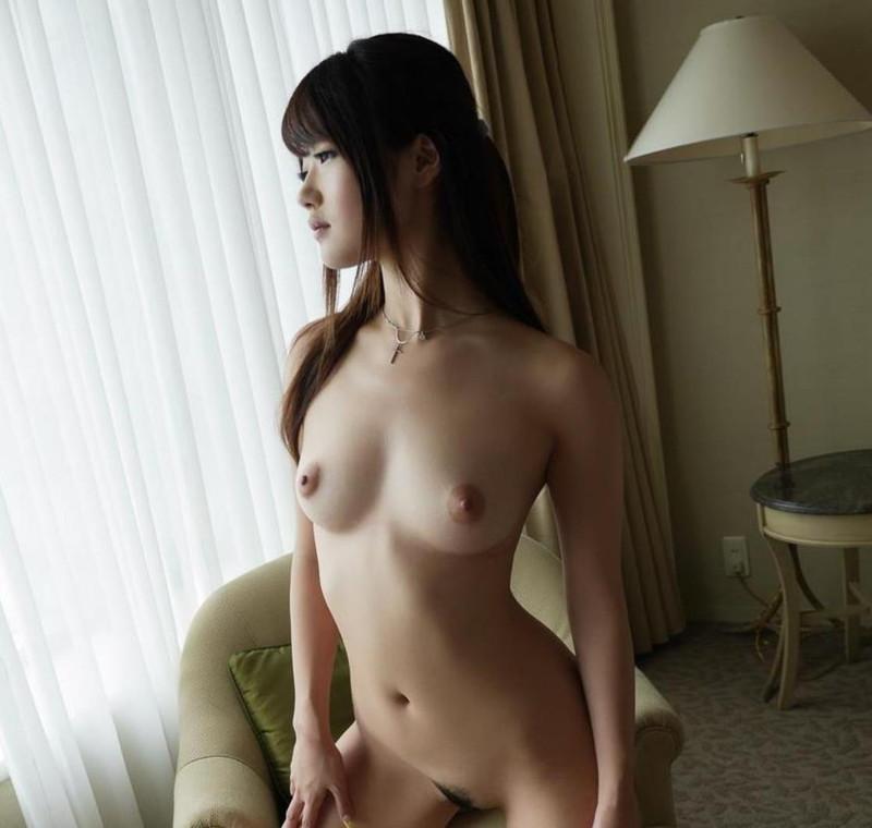 黒髪美女のフルヌード!