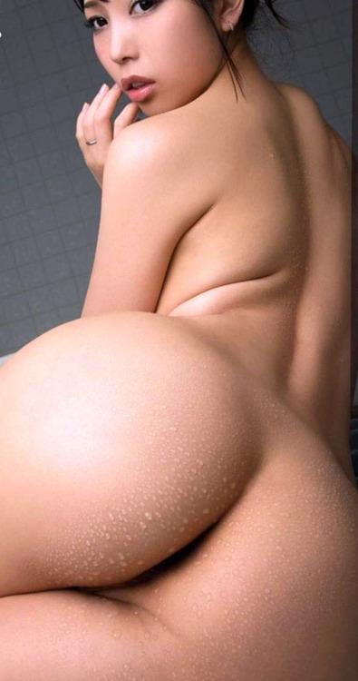 くびれと濡れた美尻がたまらない美女!
