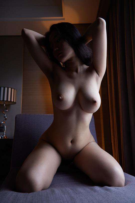 腕上げしながら色っぽい全裸姿!