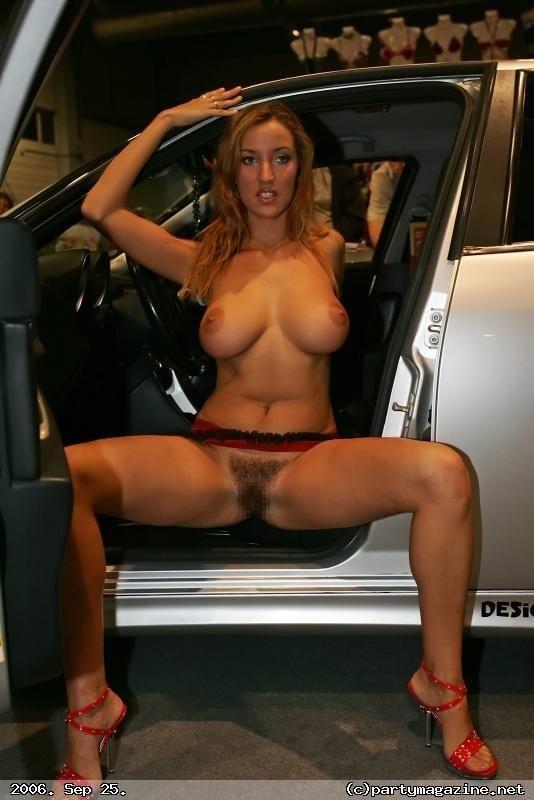 車から降りたらおまんこ丸見え!