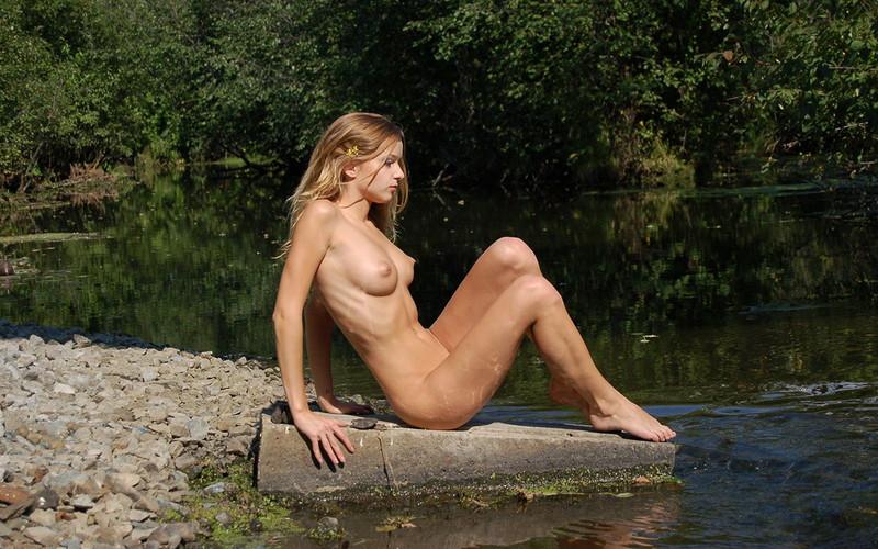 肋骨が浮き出る細身美女のフルヌード!