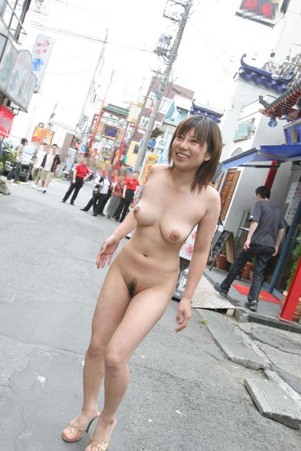 街角で裸のお姉さん!