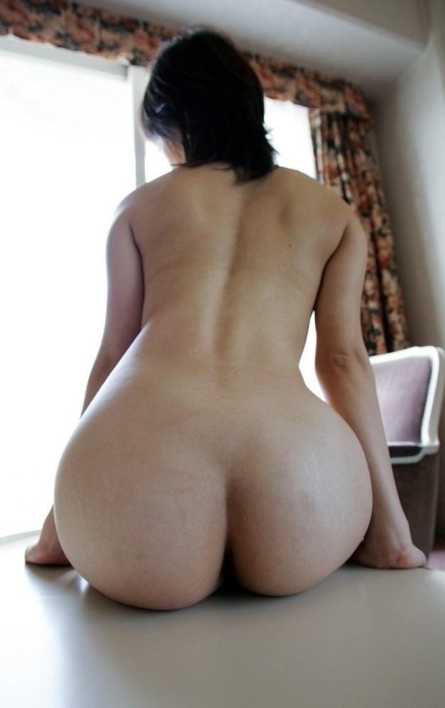 美尻がエロい全裸で座るお姿!
