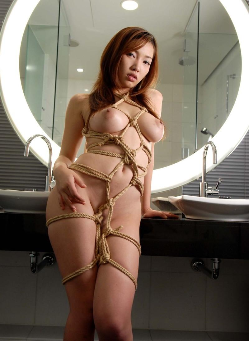 全裸で緊縛される美女!