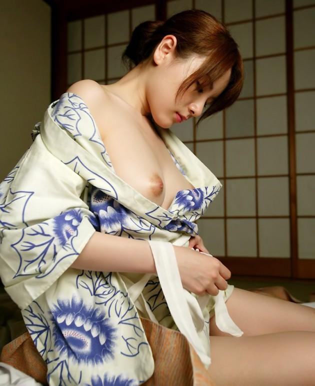 美乳丸見えの和服美人!