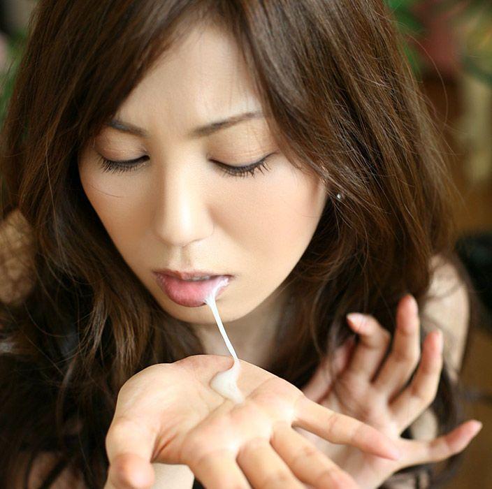 美女の手のひらに口内射精後の精液が…