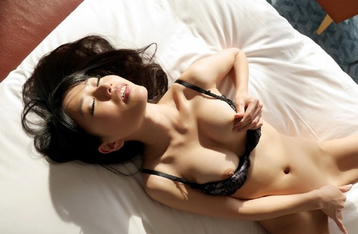 美乳の綺麗な乳首を摘む!