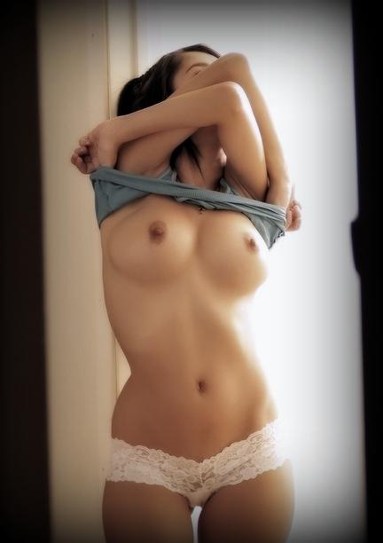 Tシャツ脱ぎ掛けでおっぱいポロリ!