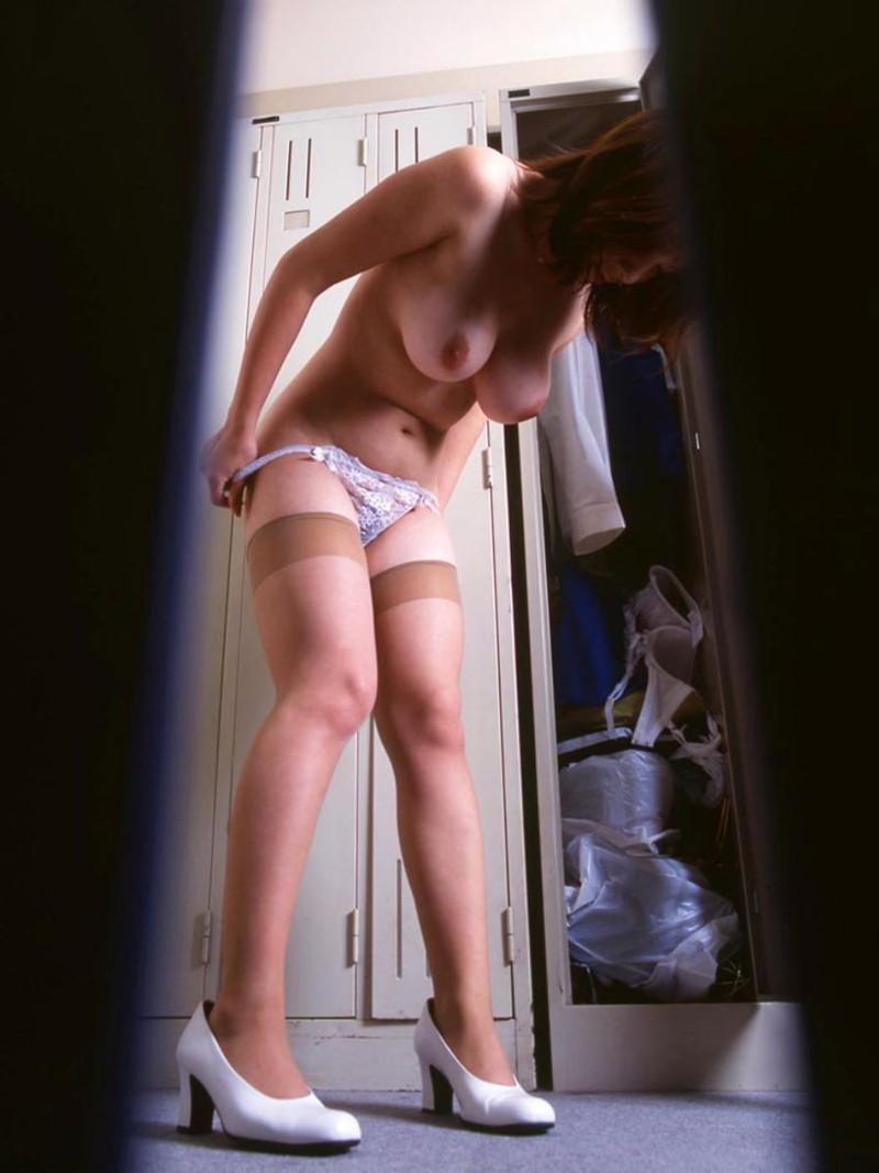 巨乳のお姉さんが更衣室で…