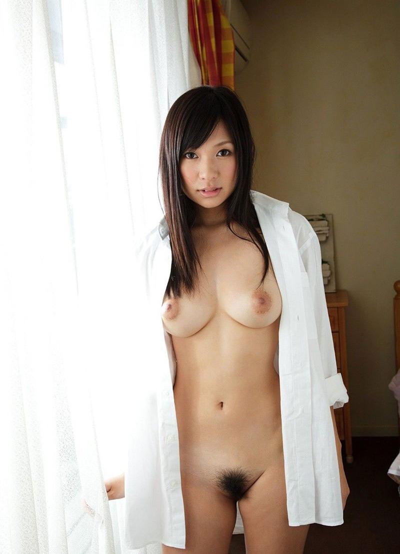 マン毛も見える裸にワイシャツ!