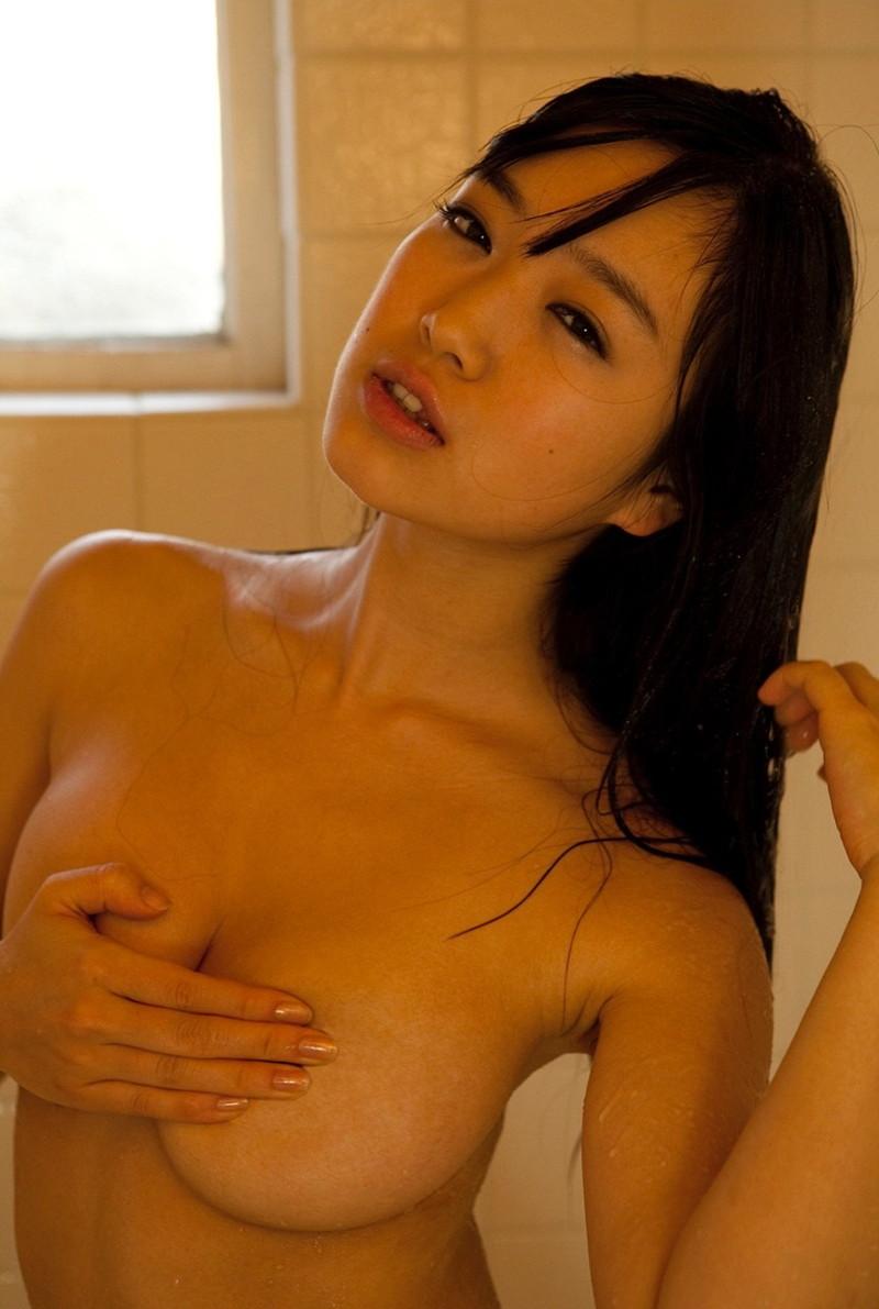 シャワー浴びてる色っぽい美女!