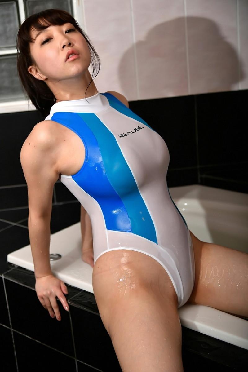 パツパツの濡れる競泳水着!