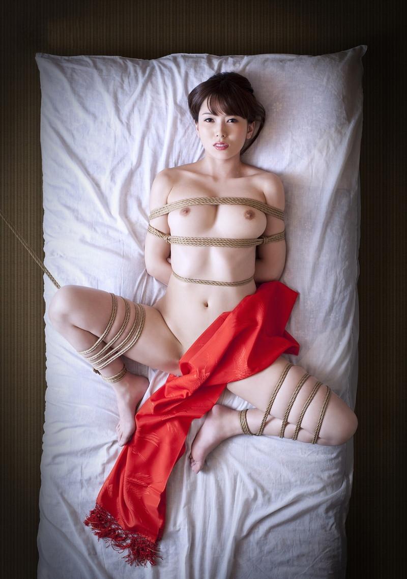 和服美人の緊縛姿!
