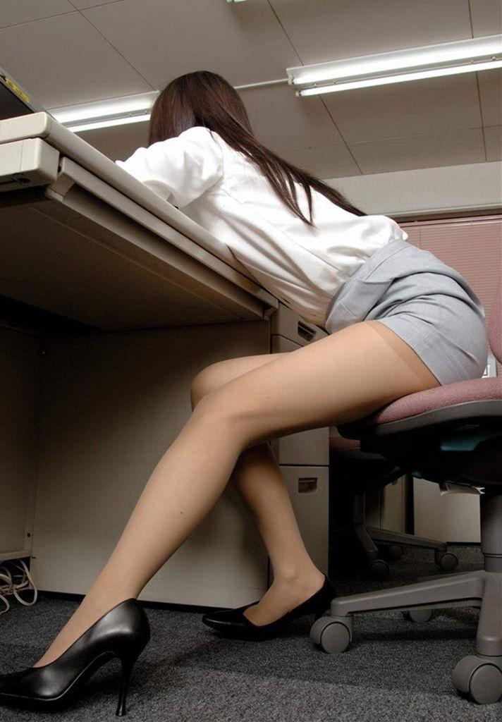机の下が気になって…