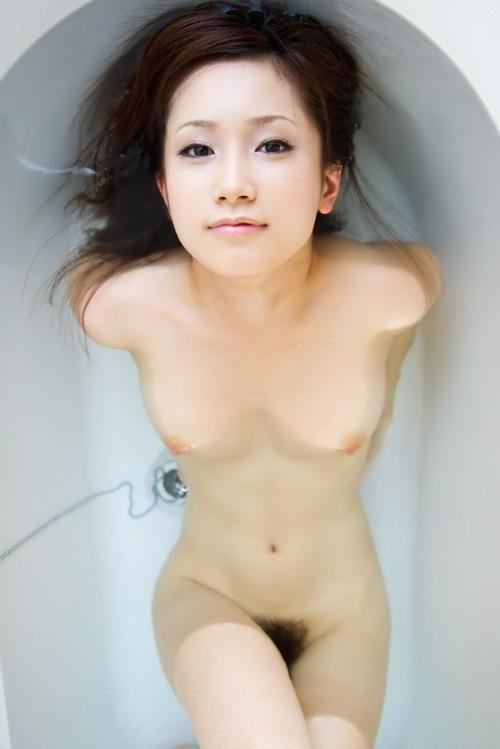 美女の入浴シーンを上からのアングルで!