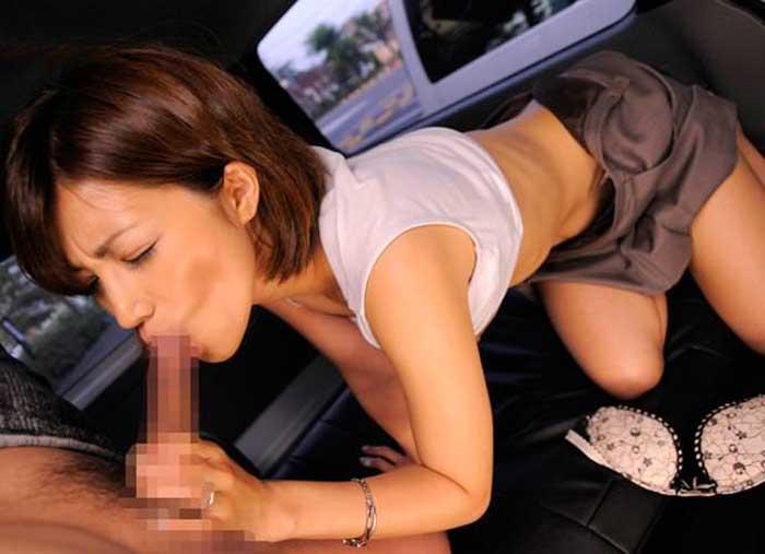 フェラを車内でする美女!
