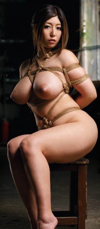 巨乳際立つ美女の緊縛姿!