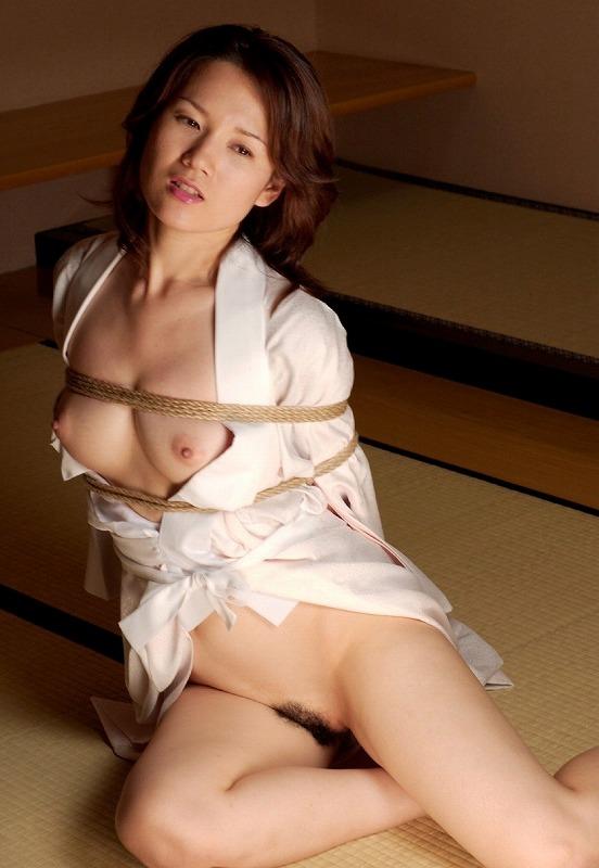 下半身裸で着衣緊縛!