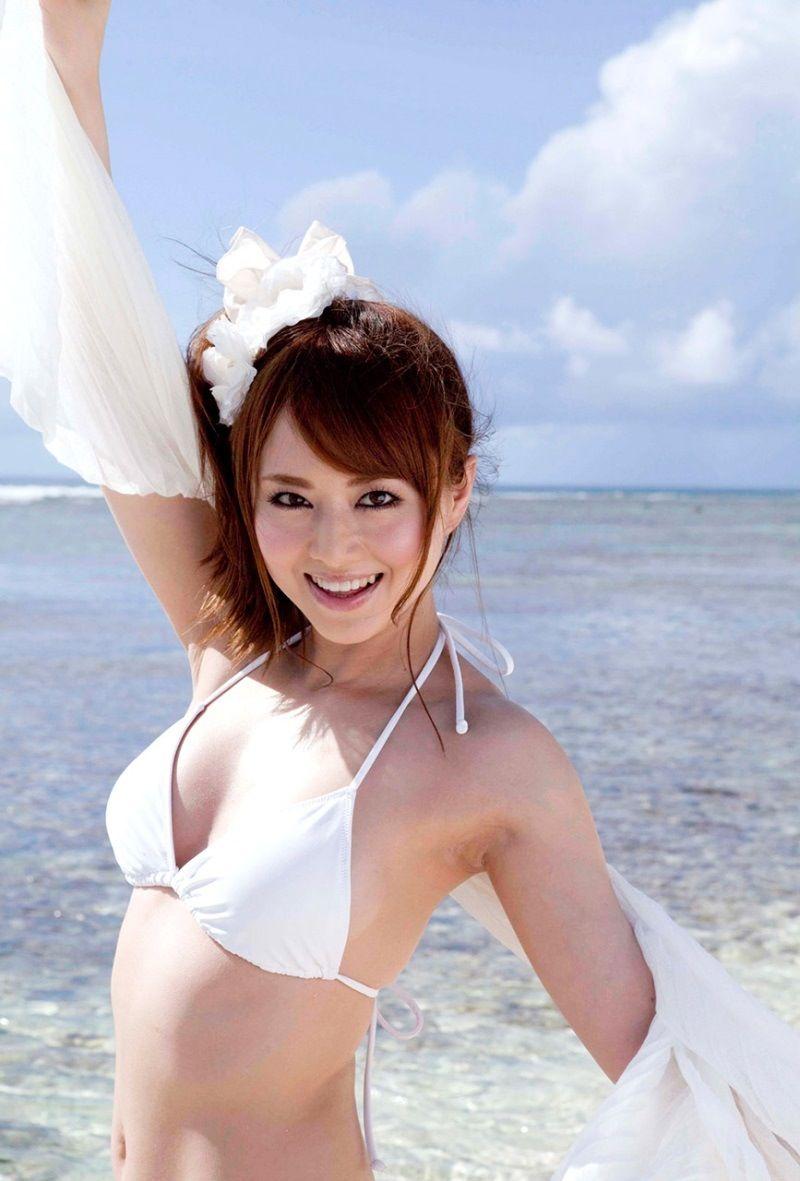 ビーチで笑顔の水着美女!
