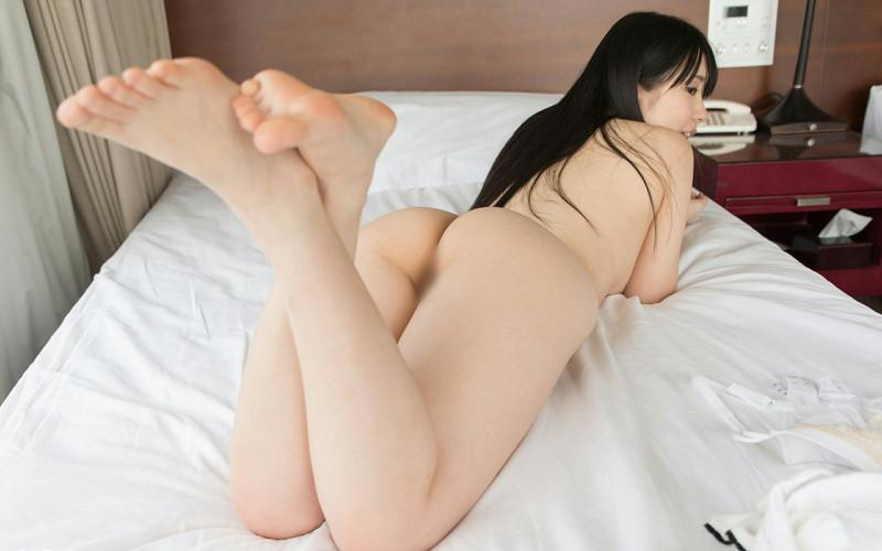 黒髪ロングの美女がうつ伏せヌード!