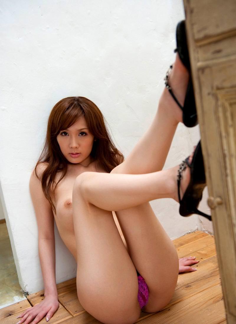 トップレス姿の美女のヒールと美脚!