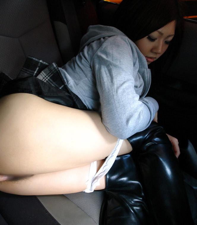 車内でパンツをずらし…